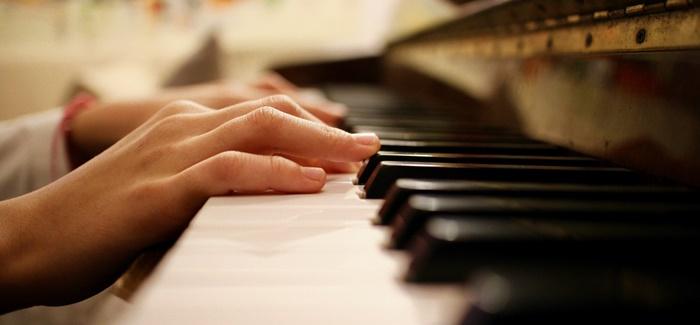 wie lernt man klavier spielen