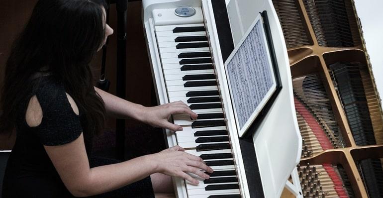 klavier beidhändig spielen lernen