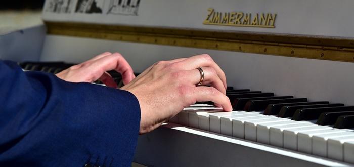 klavier beidhändiges spielen